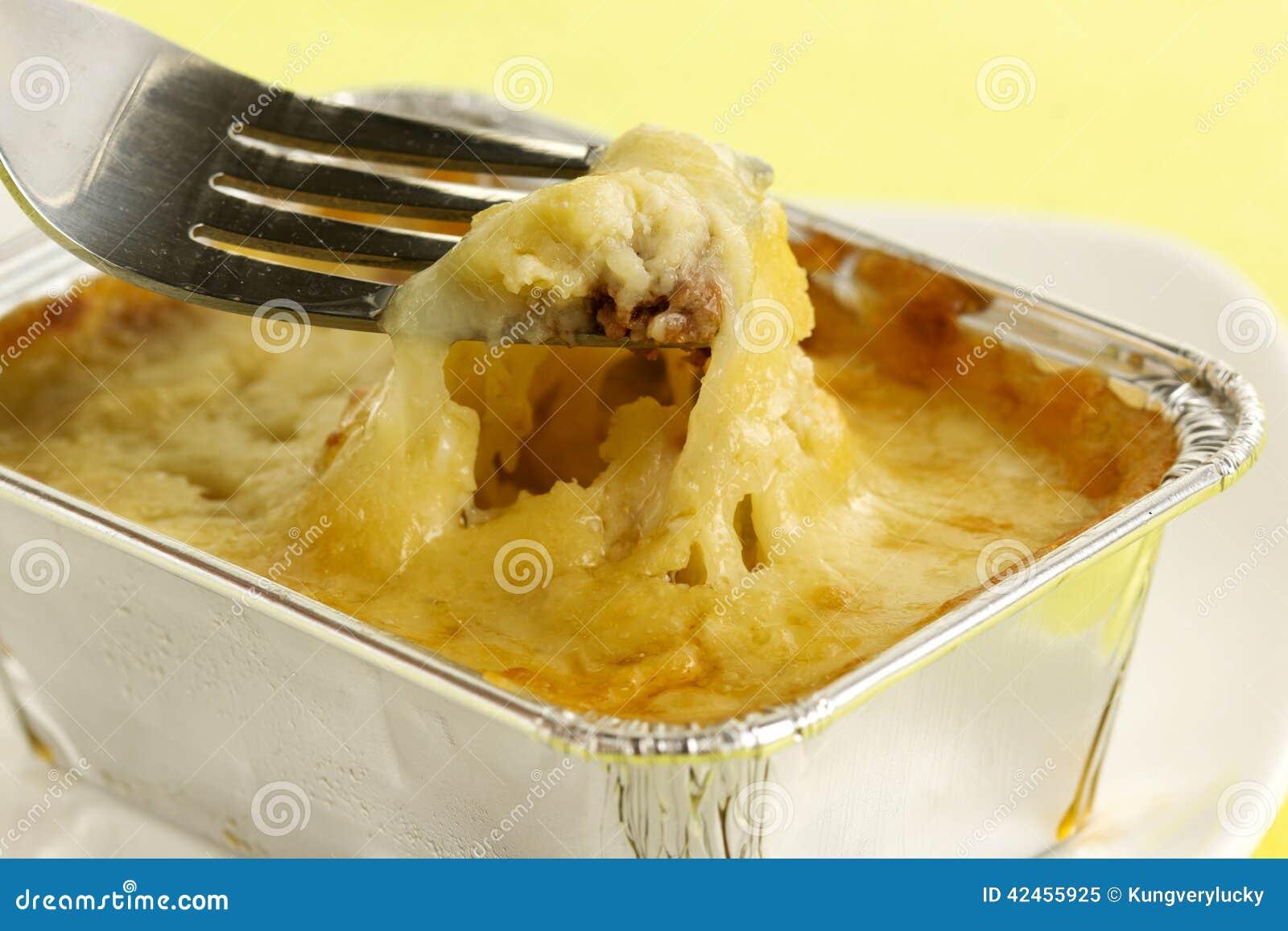 Schließen Sie herauf Lasagne mit Gabel