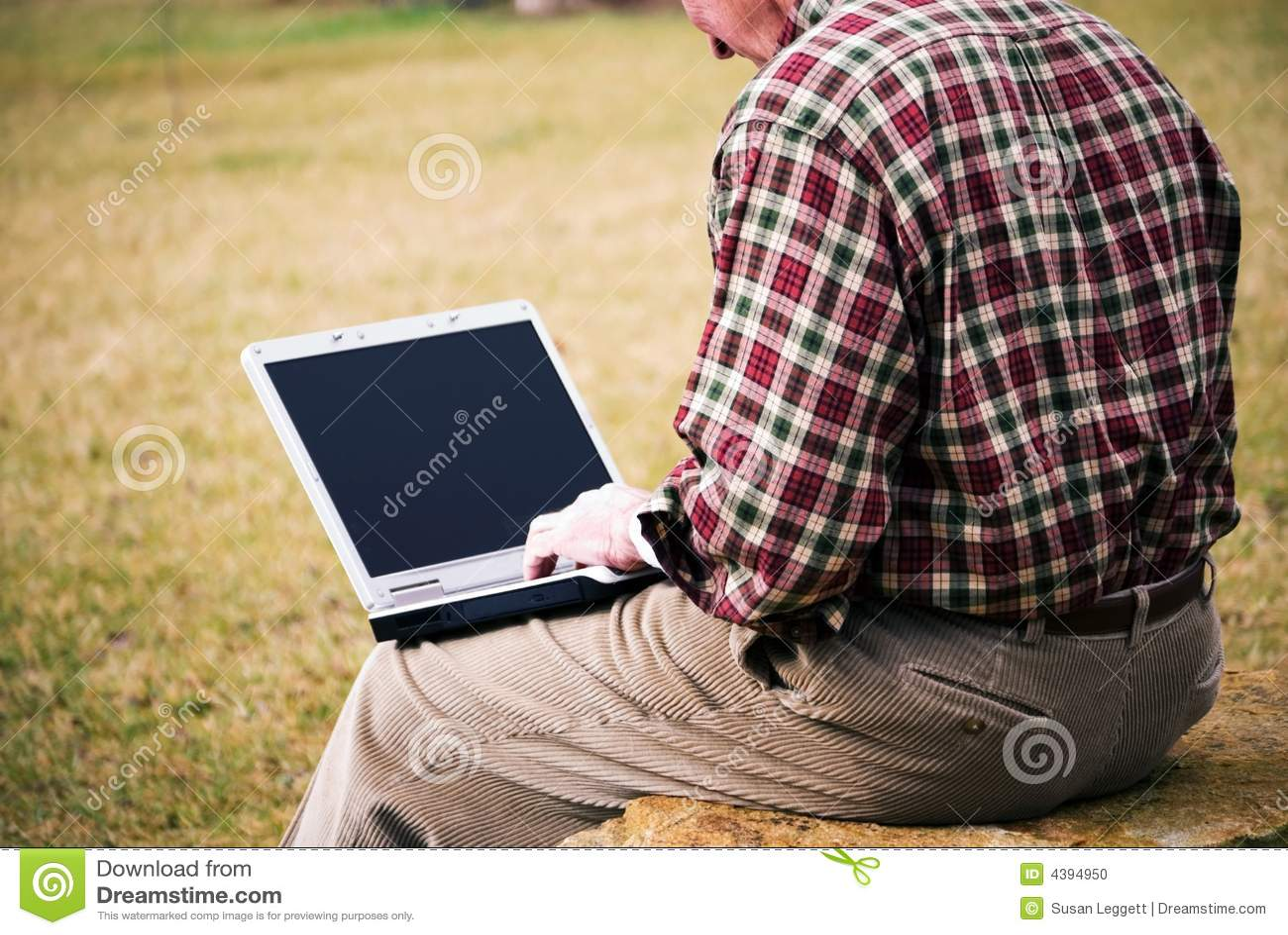 Schließen Sie herauf Mann mit Laptop