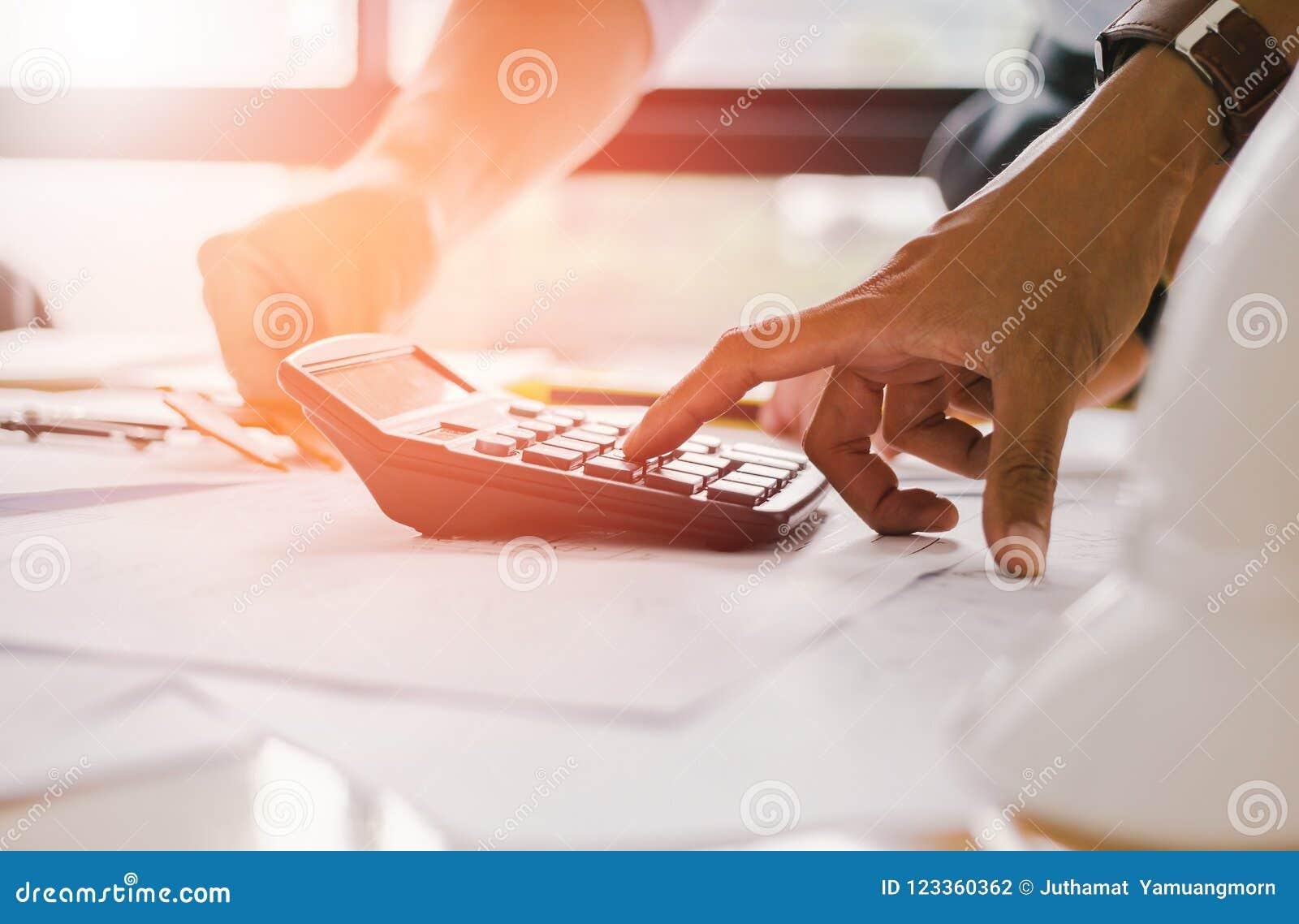 Schließen Sie herauf Mannhand unter Verwendung Taschenrechner Rechen-bonusOr anderen Ausgleich zu den Angestellten, zum von Produ