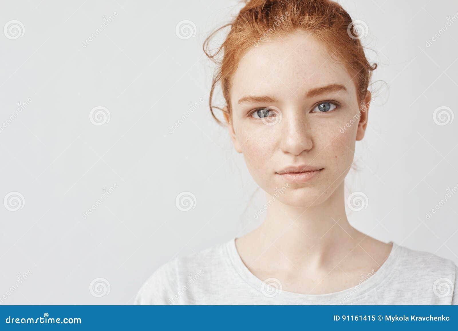 Schließen Sie Herauf Porträt Des Jungen Schönen Rothaarigemädchens ...
