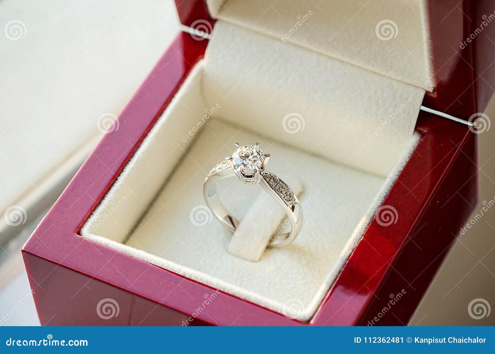 Schließen Sie herauf Ring der diamantenen Hochzeit im Luxuskasten