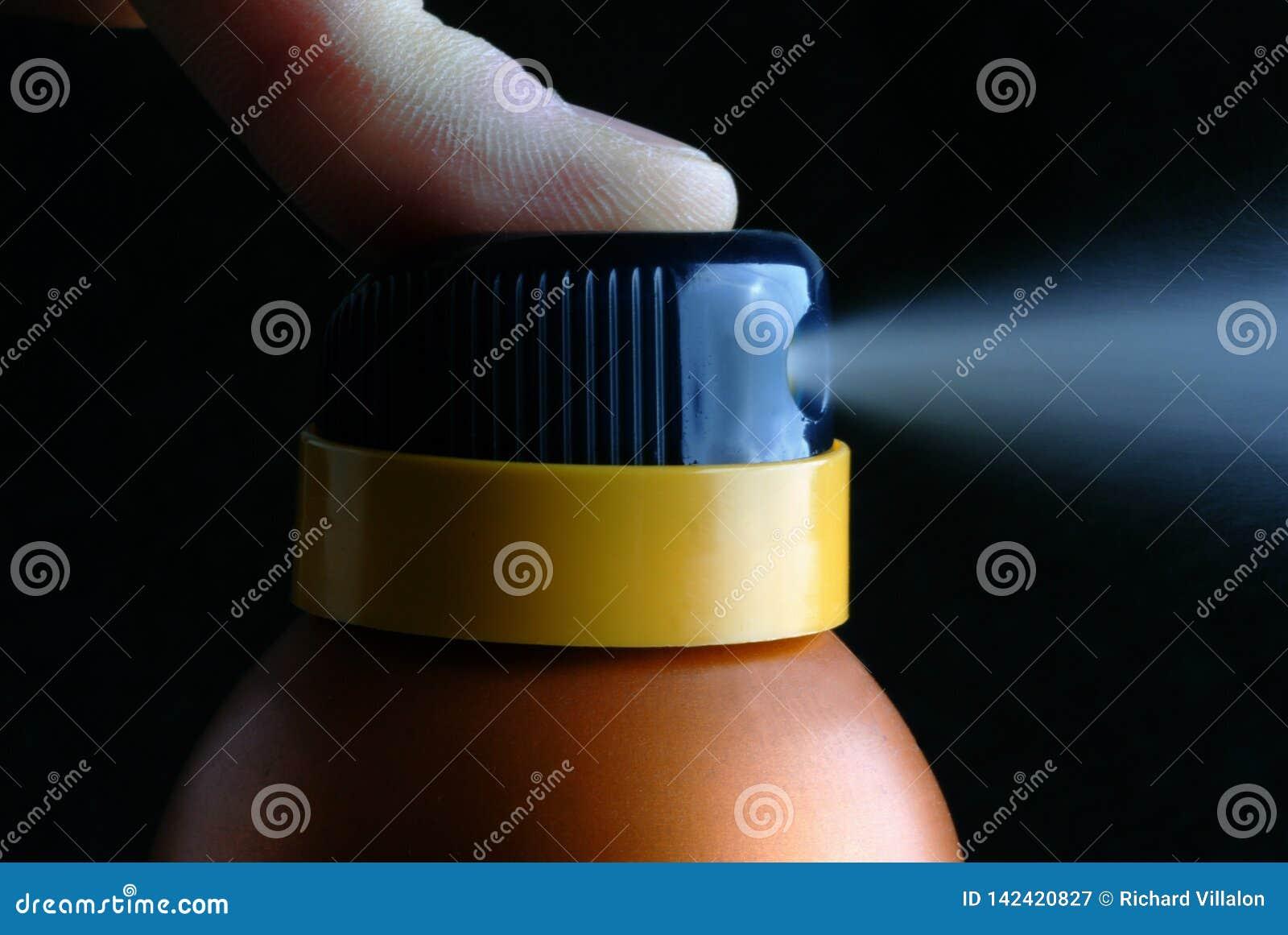 Schließen Sie oben auf einem Spray des desodorierenden Mittels auf einem schwarzen Hintergrund