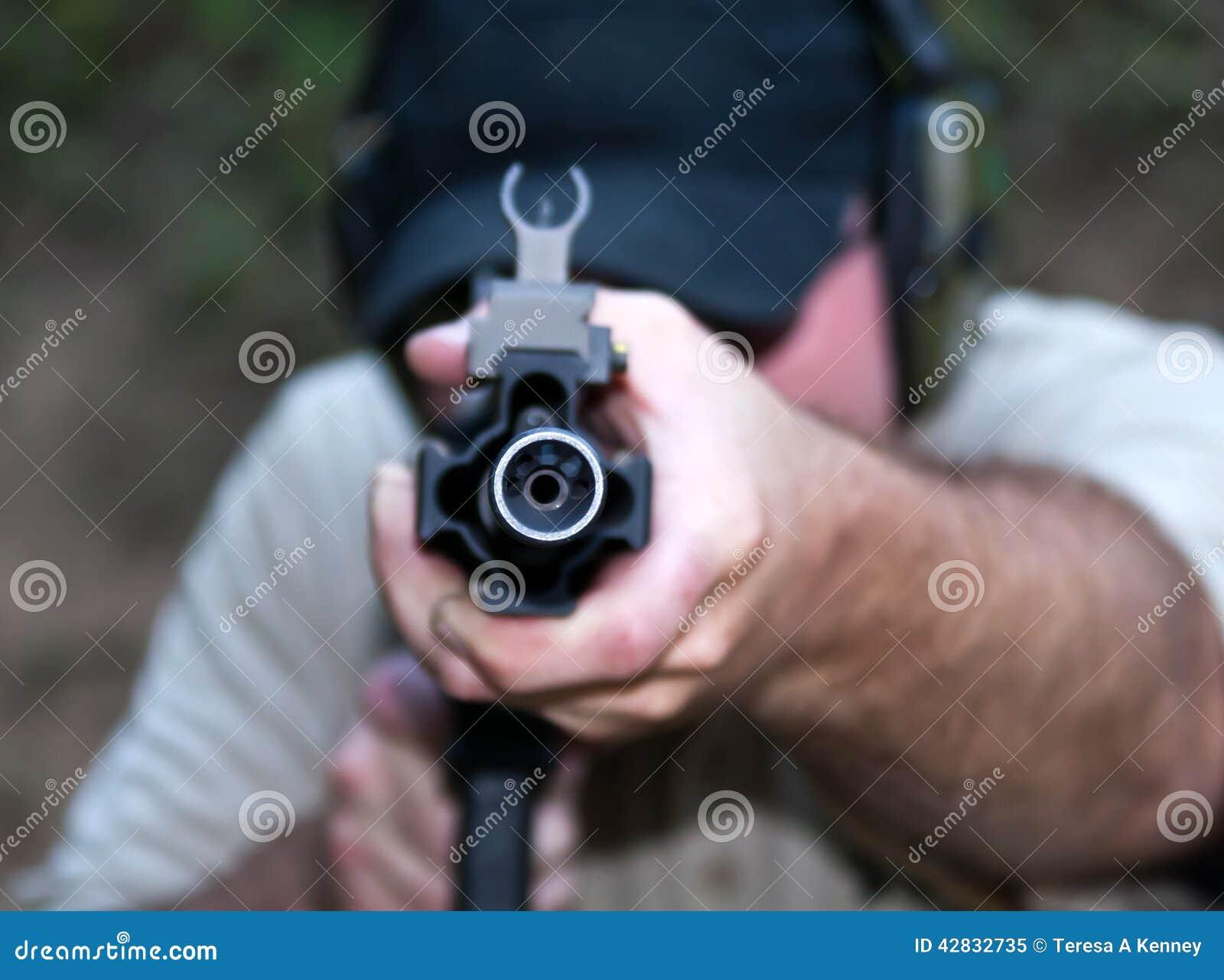 Schließen Sie oben auf Fass während des Feuerwaffentrainings