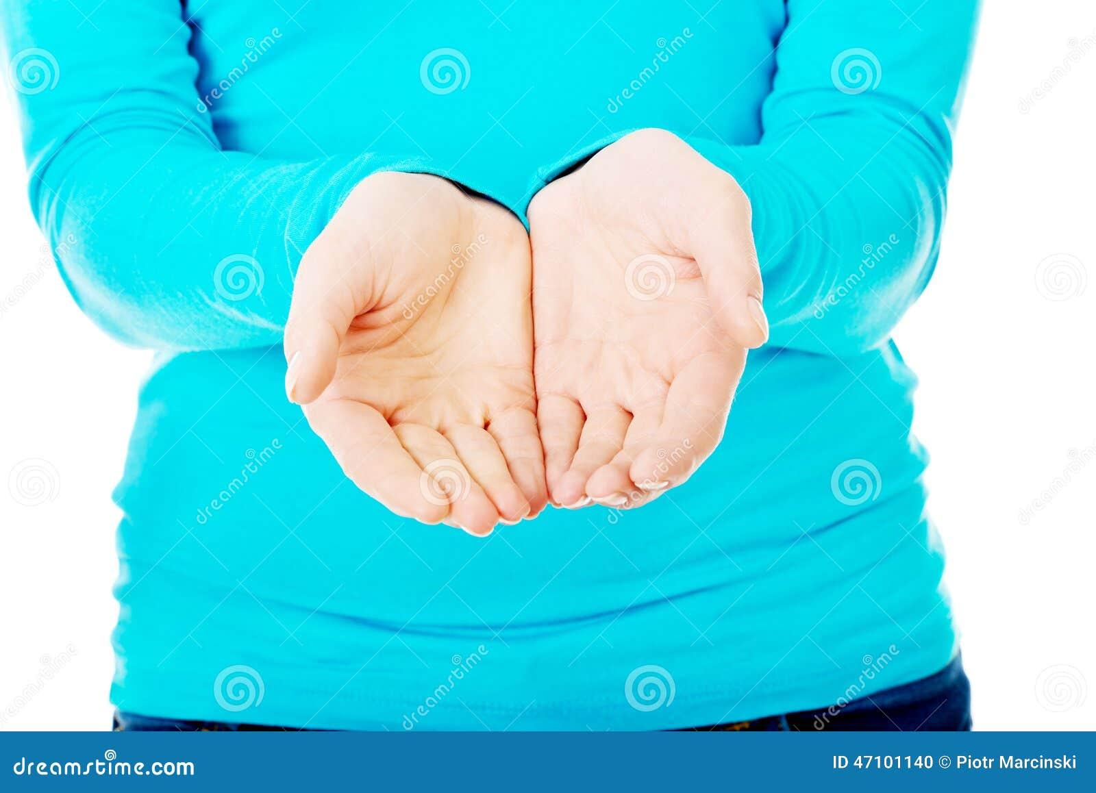 Schließen Sie oben auf Frau schalenförmigen Händen