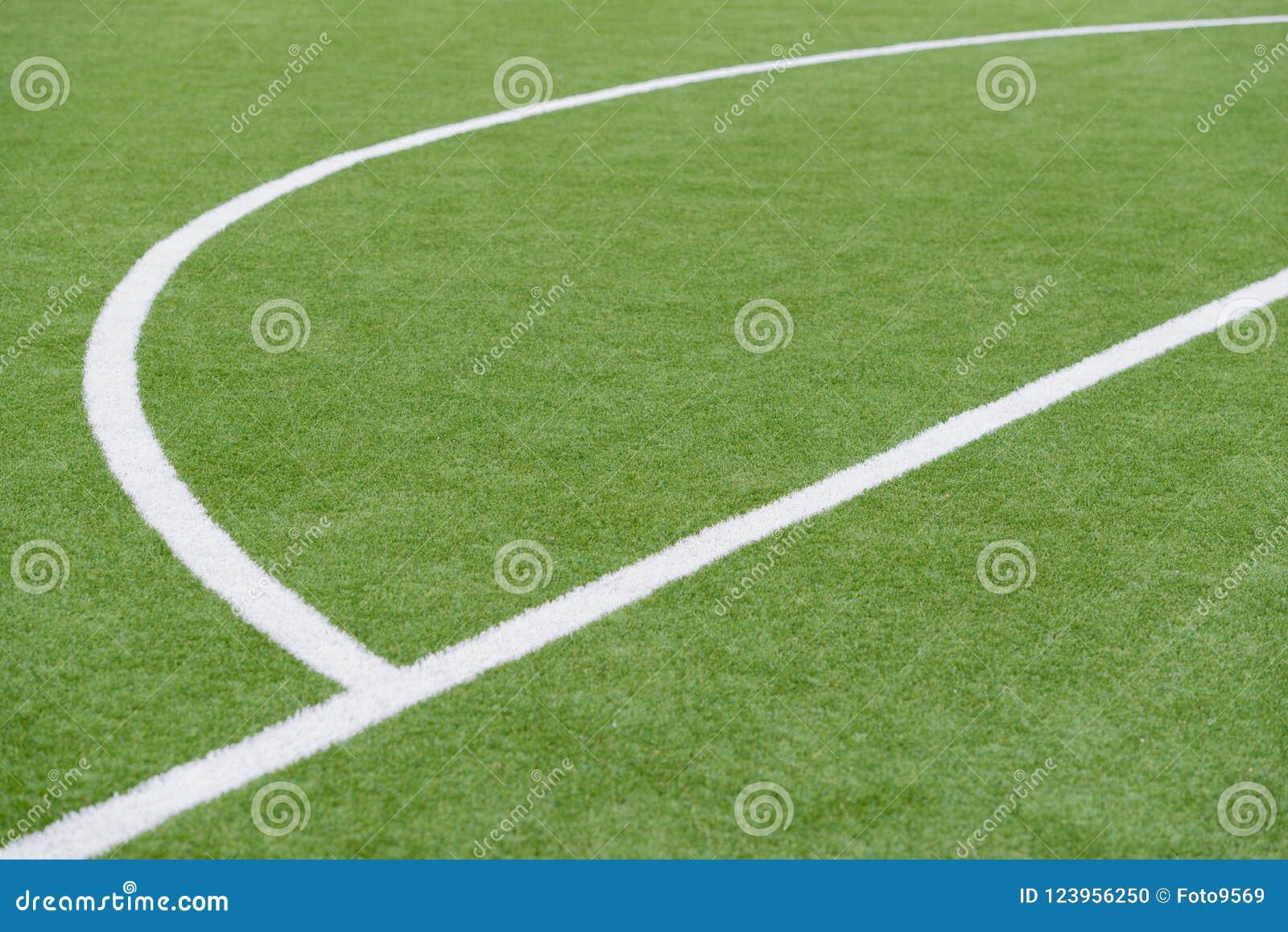 Schließen Sie oben auf Fußballplatz mit künstlichem Gras und weißen Streifen