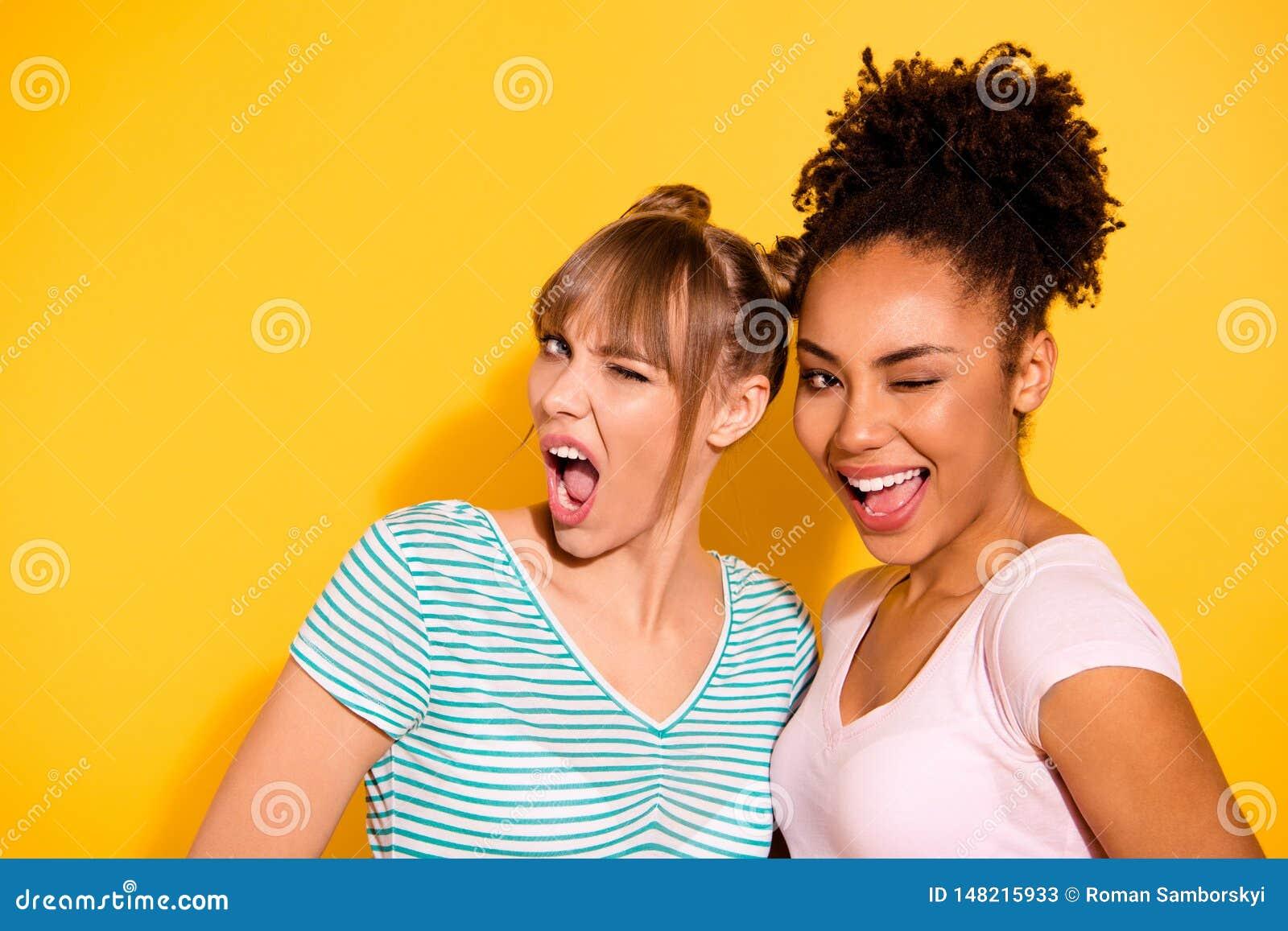 Schließen Sie oben das schöne Foto sie, die ihre Dame positive Freundgefährten der Augen blinken, Mund aufgeregte verschiedene Na
