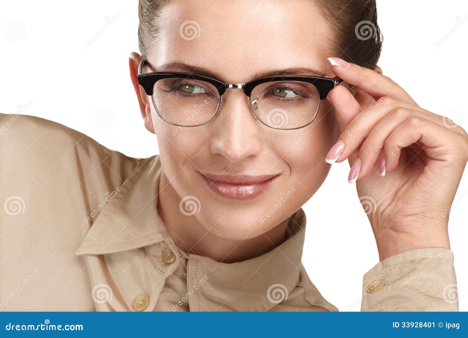 Schließen sie oben tragenden brillen einer von den jungen lächelnden