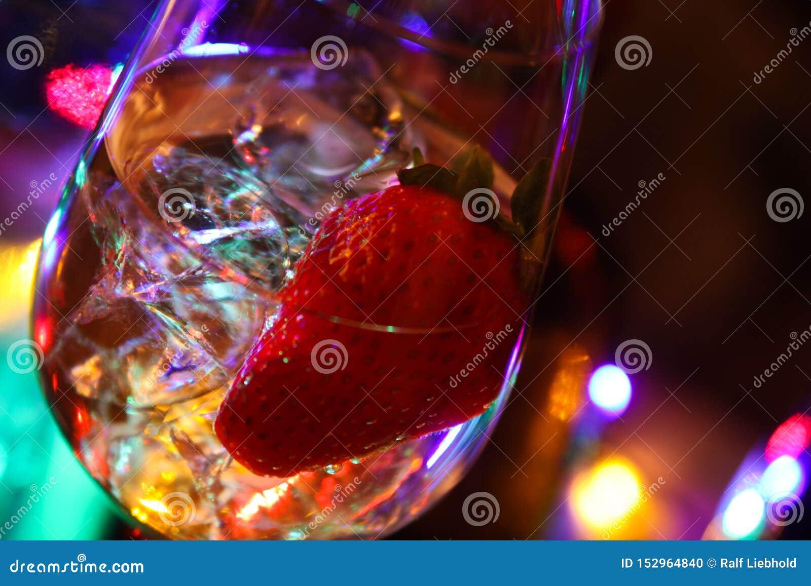 Schließen Sie oben vom Cocktail mit Erdbeer- und Eiswürfeln