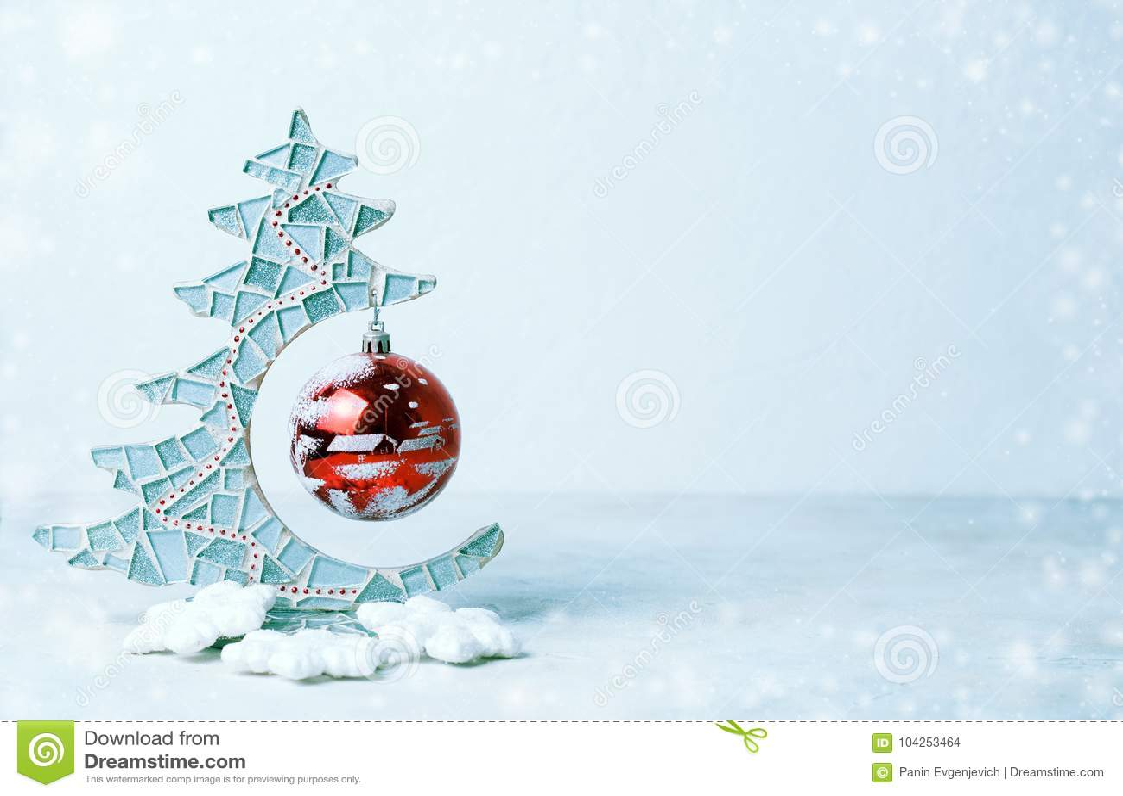 Schließen Sie oben vom dekorativen Weihnachtsbaum und von der roten Weihnachtsglaskugel Kalte Farben, Schnee Kopieren Sie Raum, s