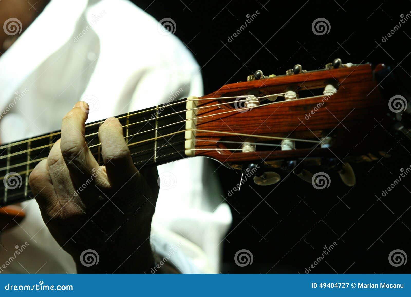 Download Schließen Sie Oben Vom Gitarristen Stockbild - Bild von zeichenkette, spielen: 49404727