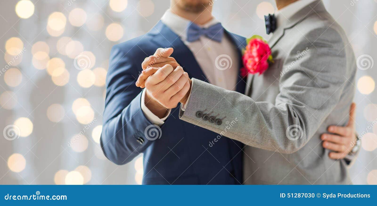Schließen Sie oben vom glücklichen männlichen homosexuellen Paartanzen