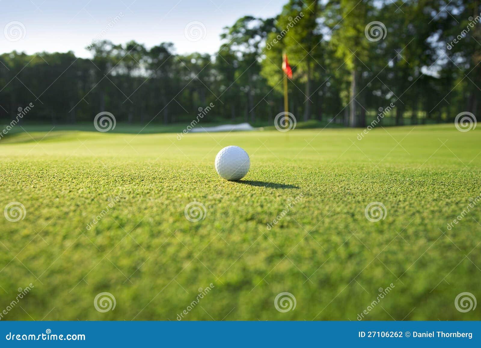 Schließen Sie oben vom Golfball auf Grün