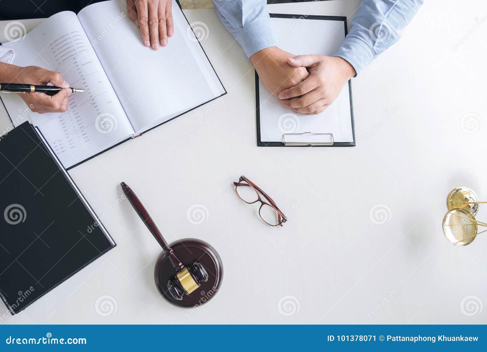 Schließen Sie oben vom Hammer, vom männlichen Rechtsanwalt oder vom Richter Consult mit Kunden