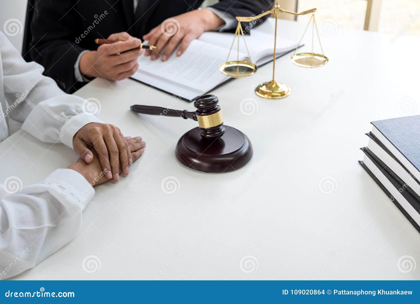 Schließen Sie oben vom Hammer, vom männlichen Rechtsanwalt oder vom Richter Consult mit Kunden und