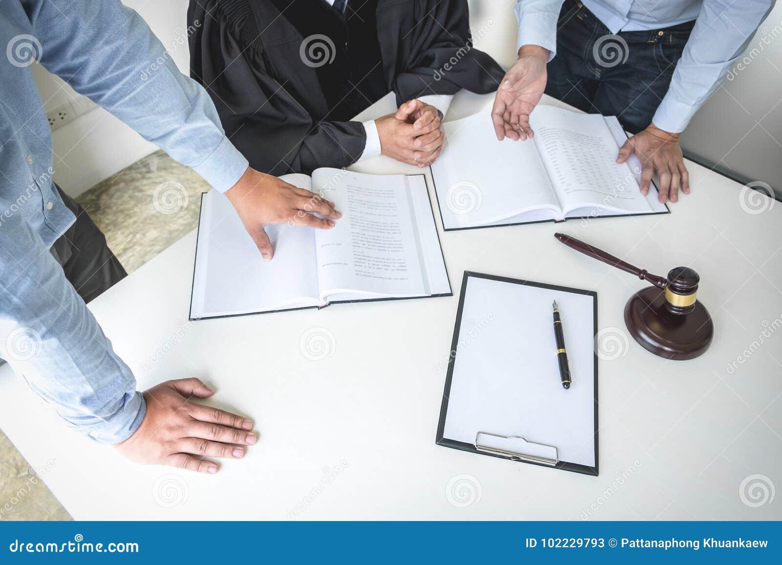 Schließen Sie oben vom Hammer, vom männlichen Rechtsanwalt und vom älteren Richter Consult mit clie
