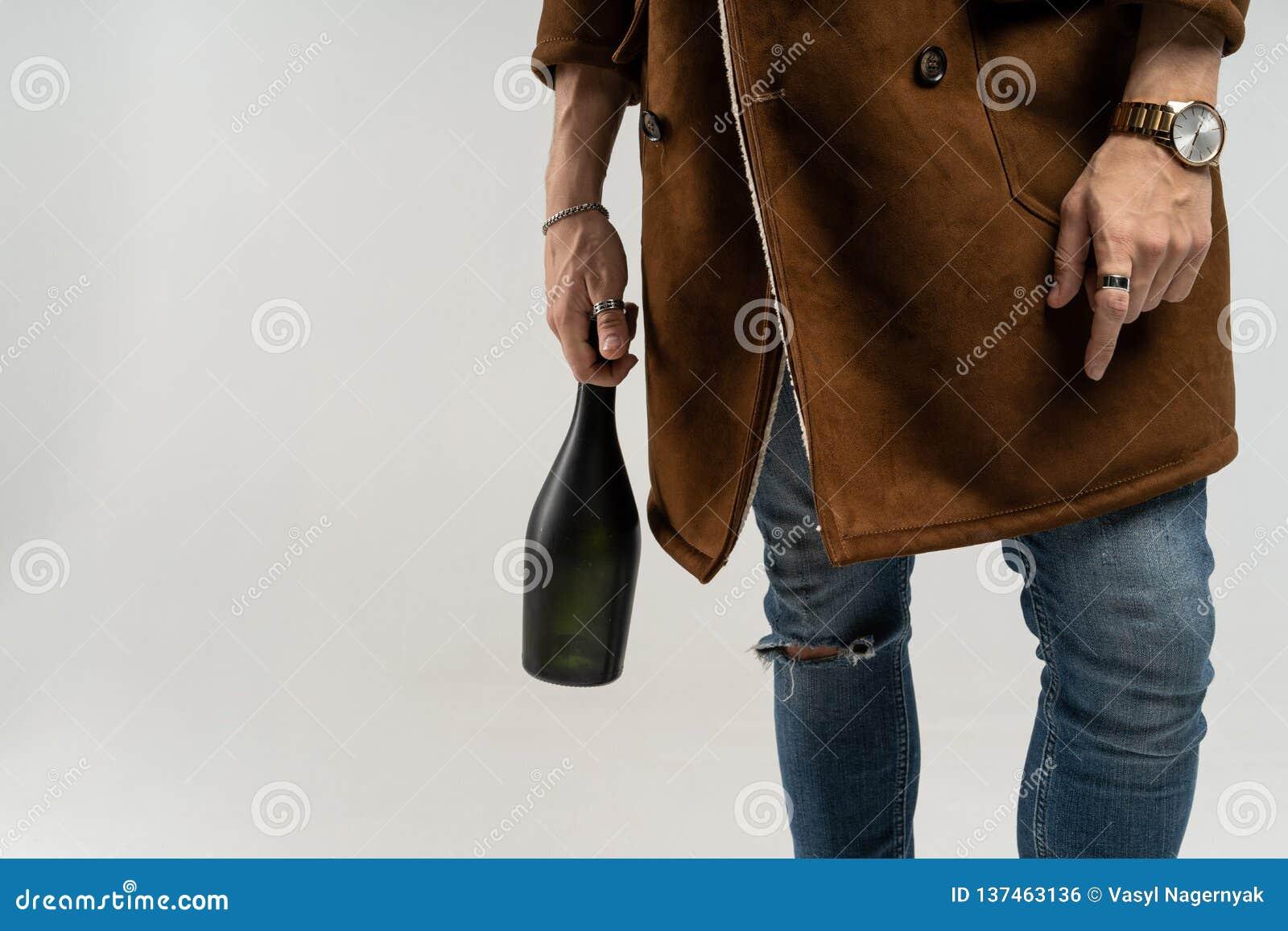 Schließen Sie oben vom Hippie-Mann in einer braunen Jacke und in den Blue Jeans