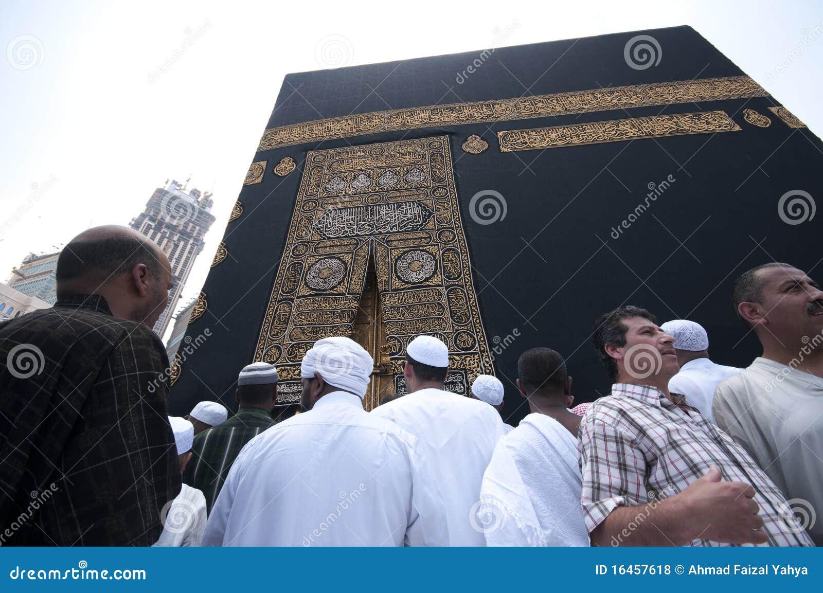 Schließen Sie oben vom kaaba mit Pilgerern