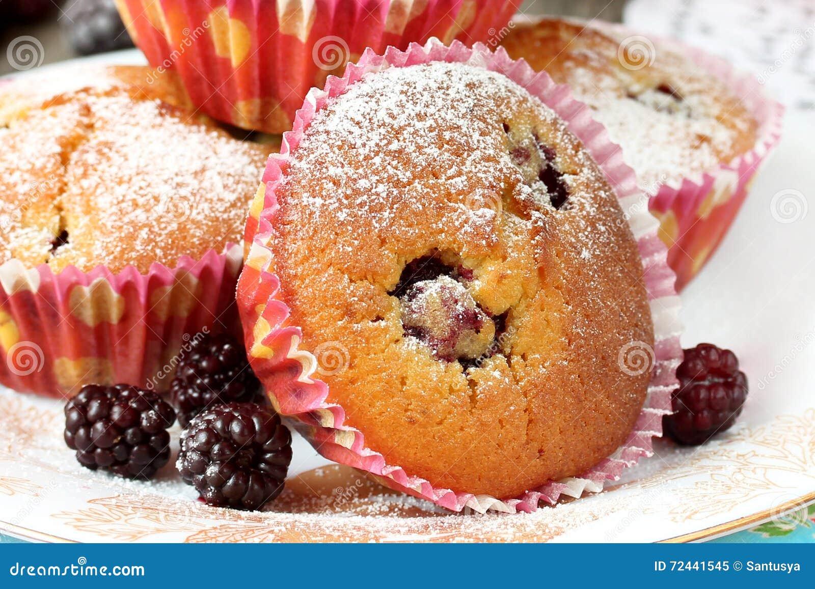 Schließen Sie oben vom Muffin mit Brombeere