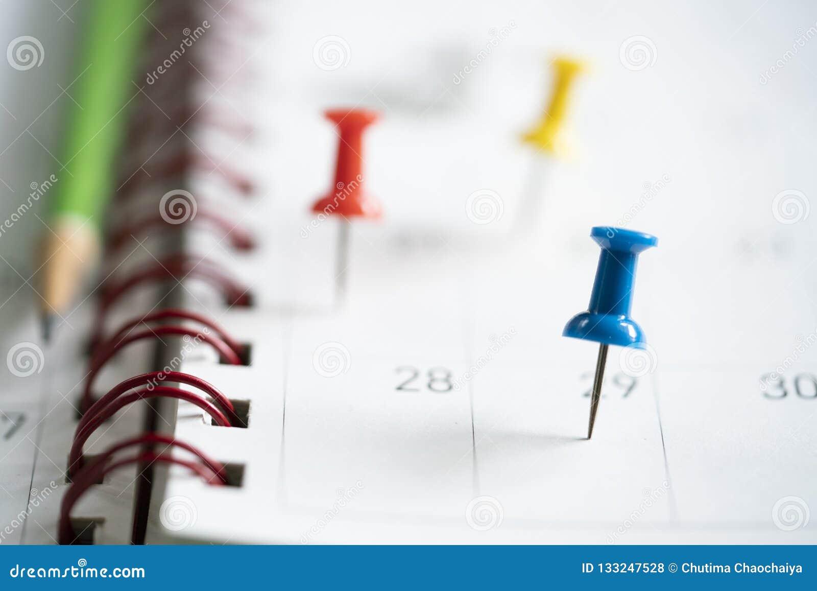 Schließen Sie oben vom Stift und vom Bleistift auf Kalender