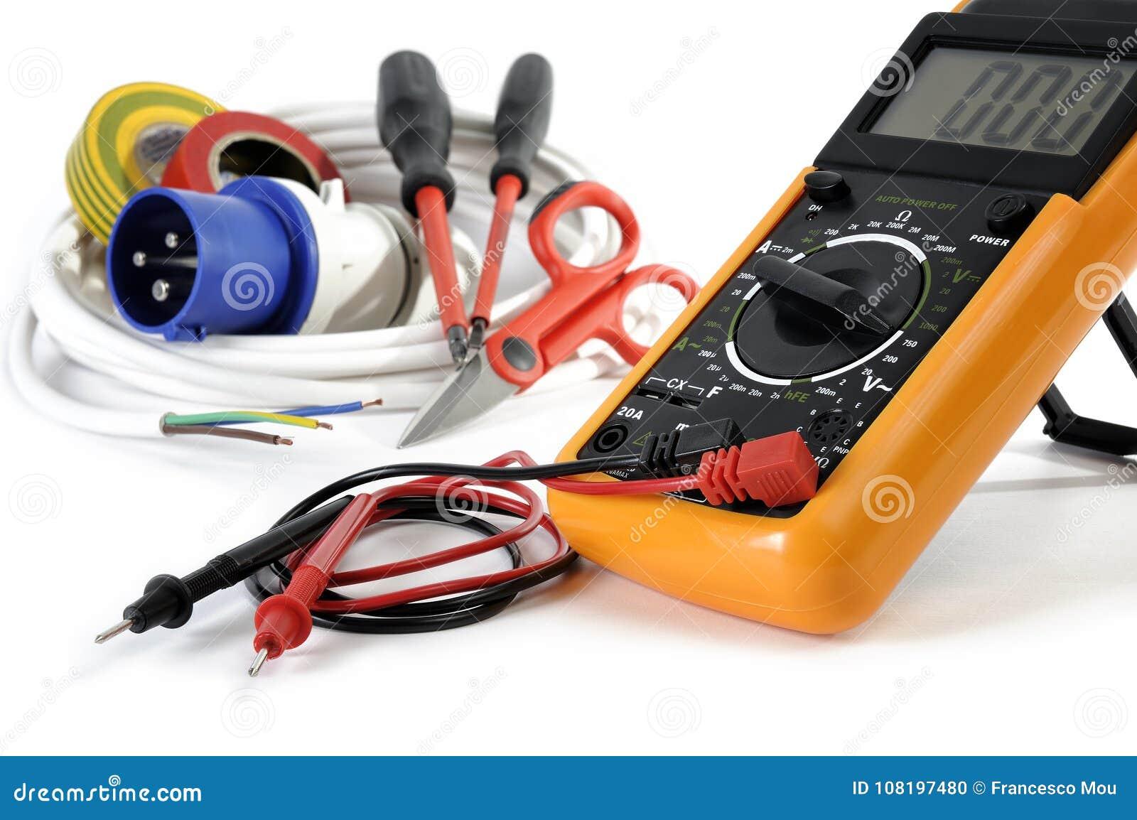 Schließen Sie oben von den Arbeitswerkzeugen und -komponenten für elektrische Installationen, lokalisiert auf weißem Hintergrund