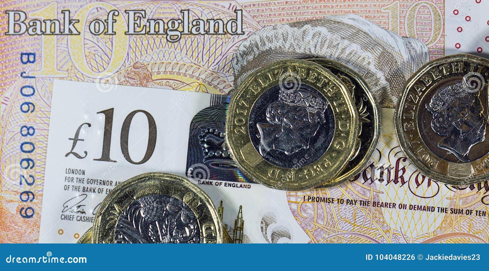 Schließen Sie Oben Von Den Ein Pfund Münzen Auf Einer Zehn Pfund