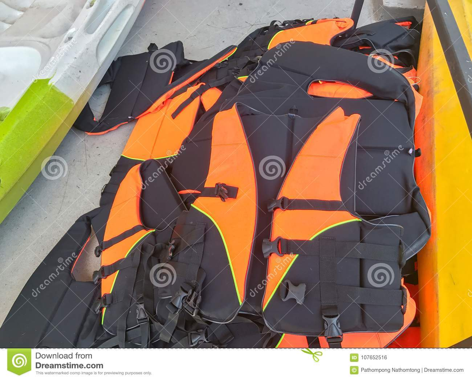 Schließen Sie oben von den orange Schwimmwesten