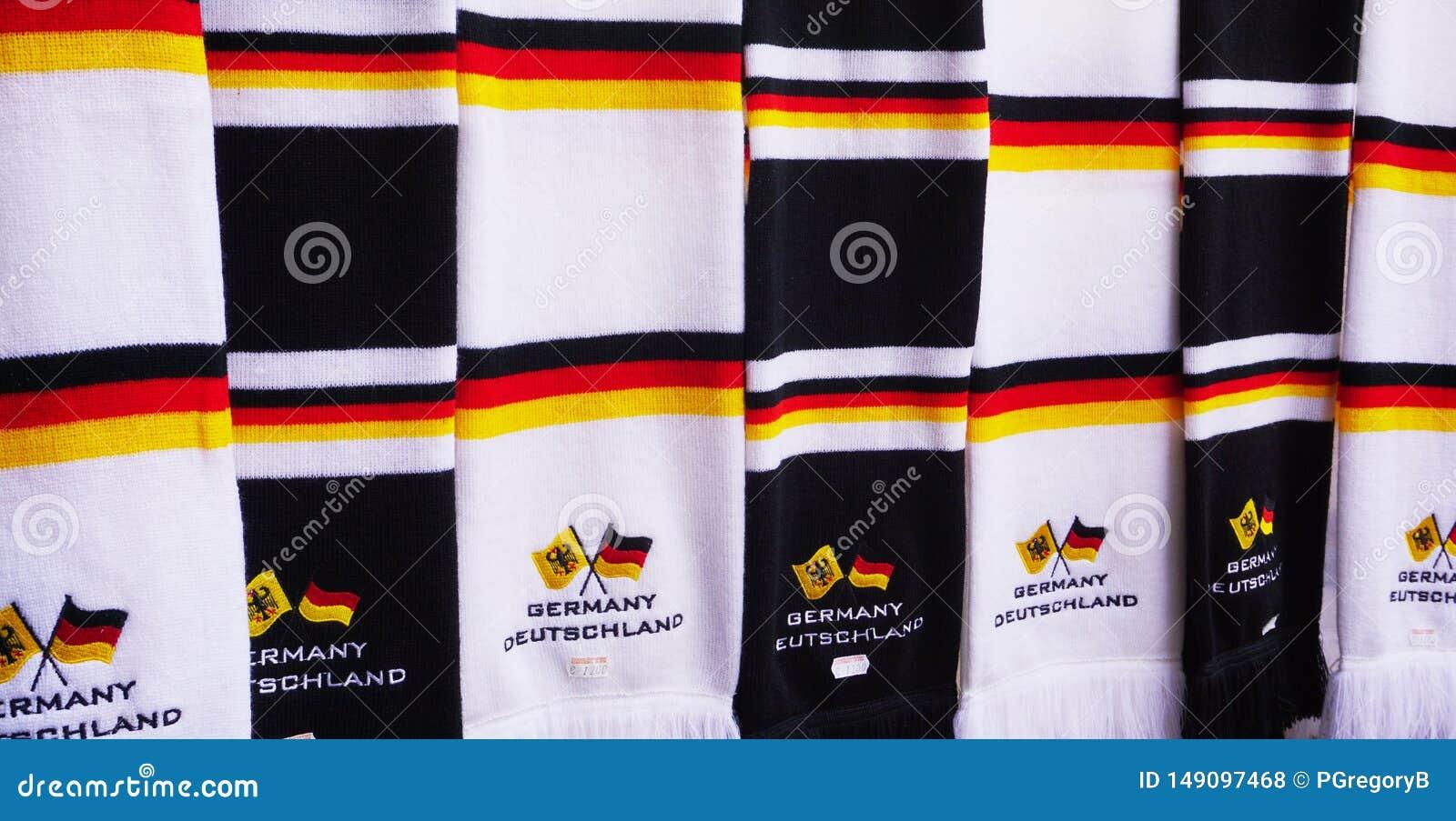 Schließen Sie oben von den Schals mit den Farben der deutschen Flagge