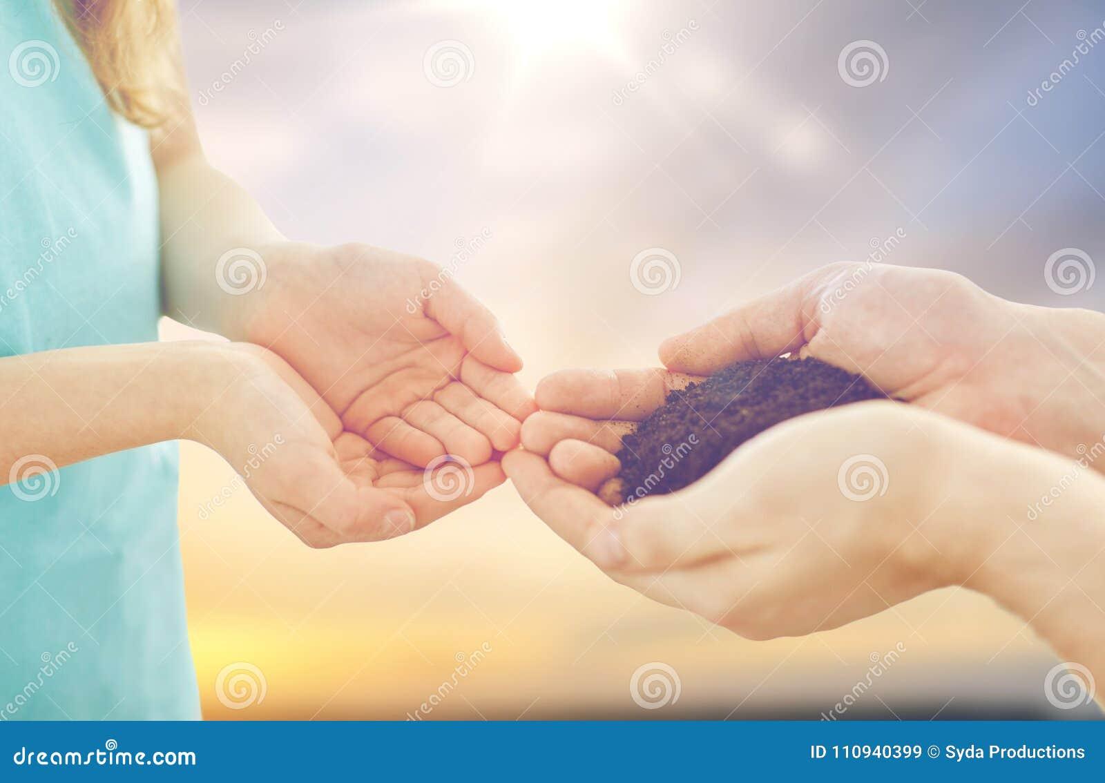Schließen Sie oben von den Vater- und Tochterhänden, die Boden halten