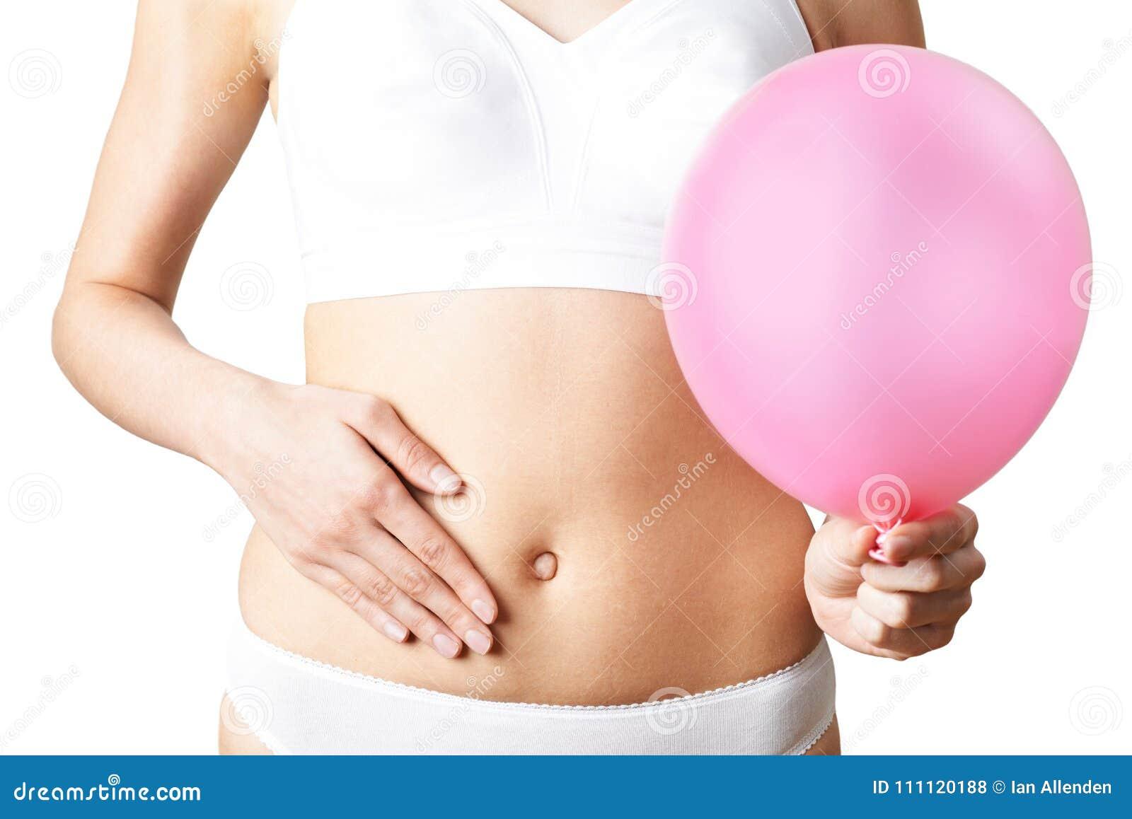 Schließen Sie oben von der Frauen-tragenden Unterwäsche, die rosa Ballon und Tou hält