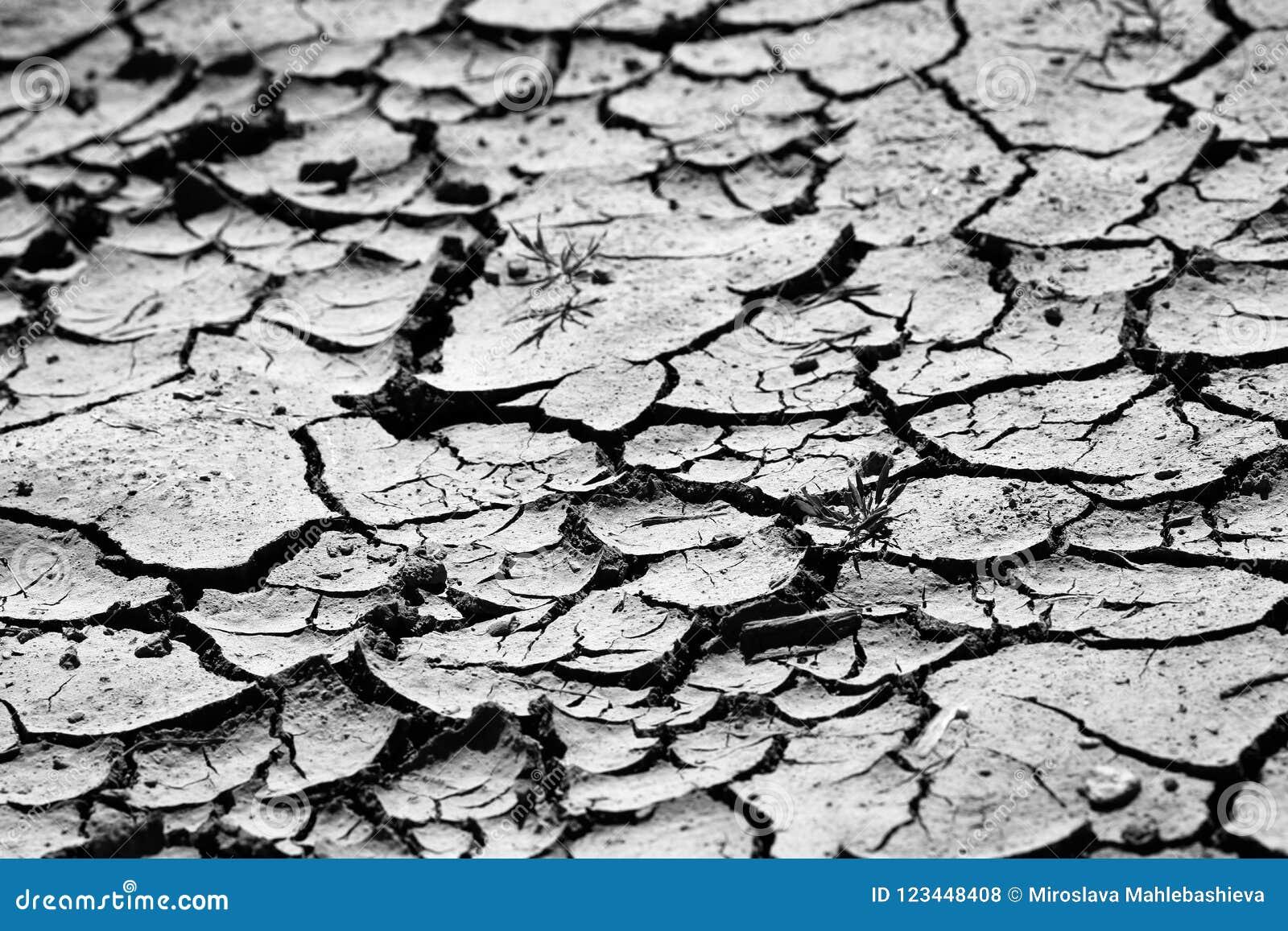 Schließen Sie oben von der Grundbeschaffenheit des extrem trockenen, gebrochenen Bodens in Schwarzweiss