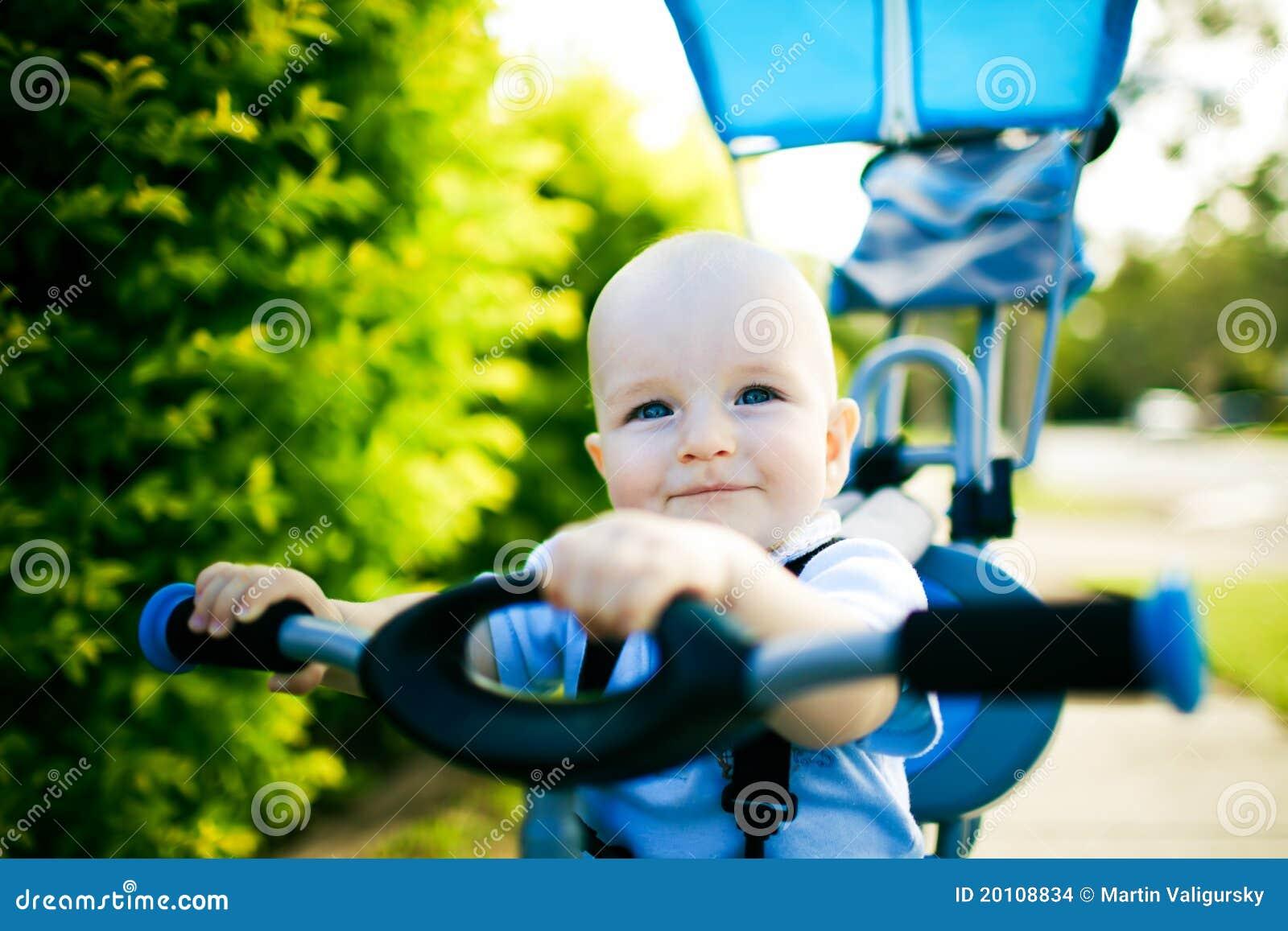 Schließen Sie oben von einem glücklichen Kind, das auf Fahrrad sitzt