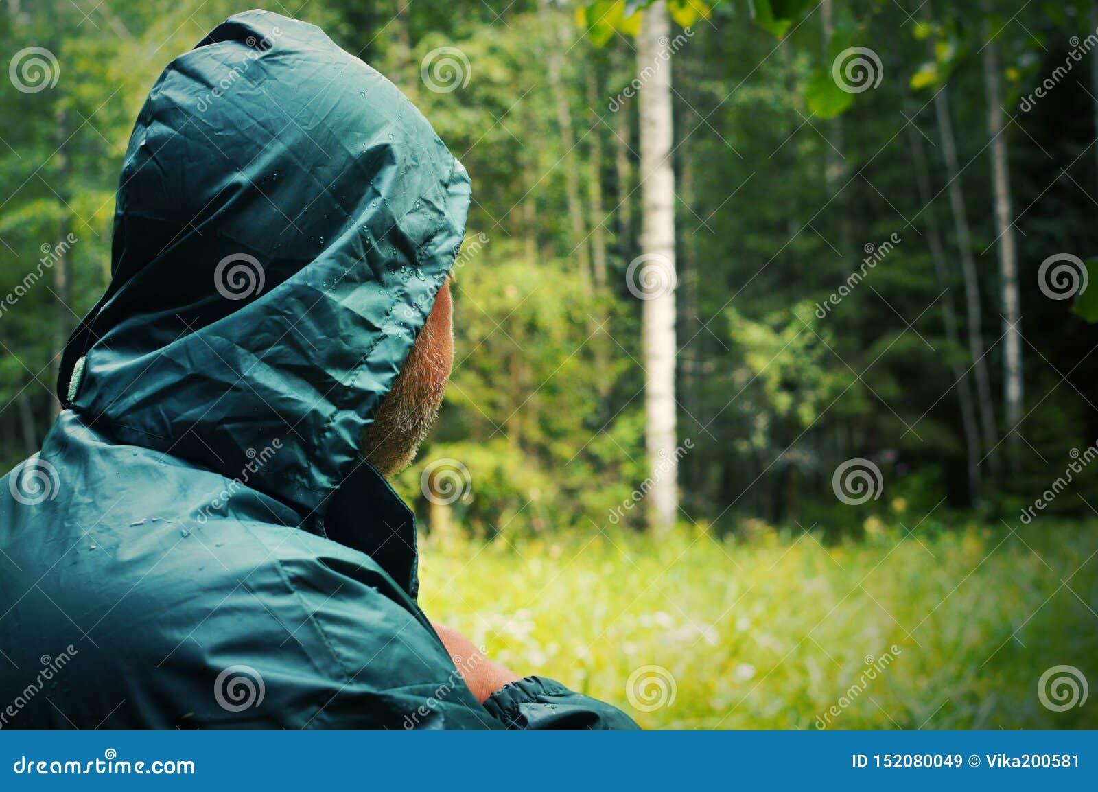 Schließen Sie oben von einem männlichen Nacken Der unbekannte Mann geht zum tiefen Wald