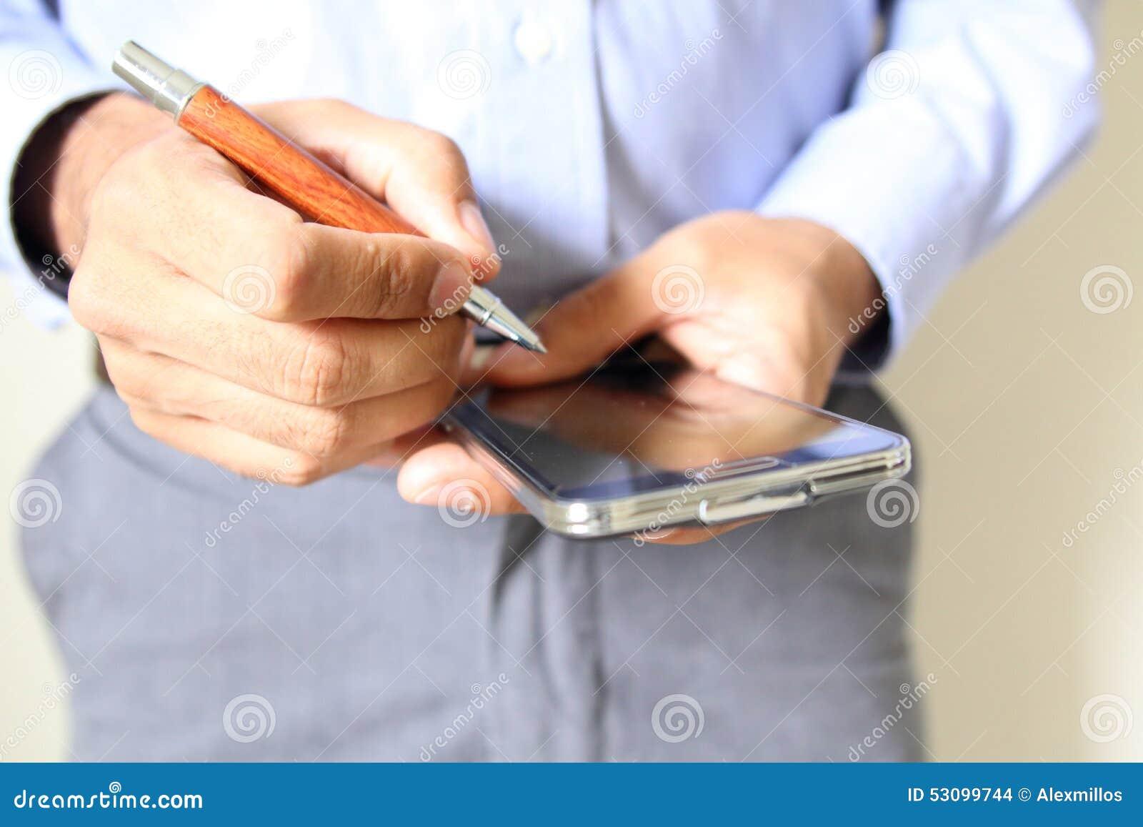 Schließen Sie oben von einem Mann, der intelligentes Mobiltelefon verwendet