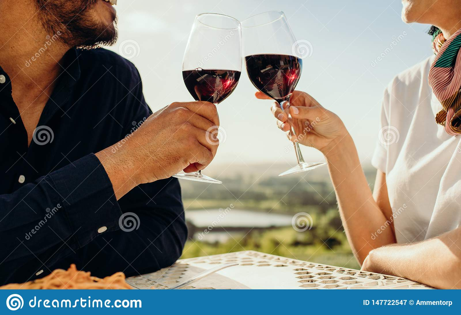 Schließen Sie oben von einem Paar, das Wein röstet