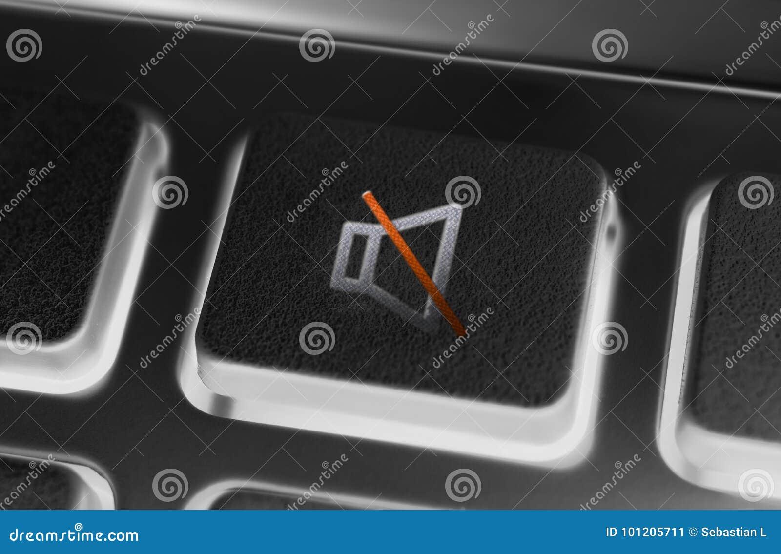 Schließen Sie oben von einem schwarzen Volumen-Stumm-Knopf einer schwarzen Fernbedienung mit Hintergrundbeleuchtung