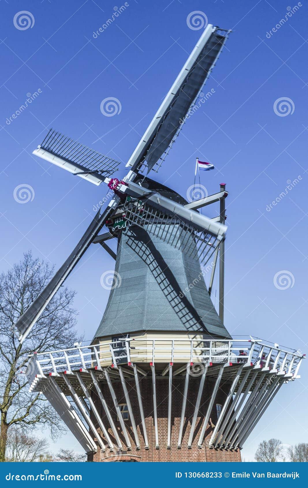 Schließen Sie oben von einer Windmühle mit einem schönen Hintergrund des blauen Himmels