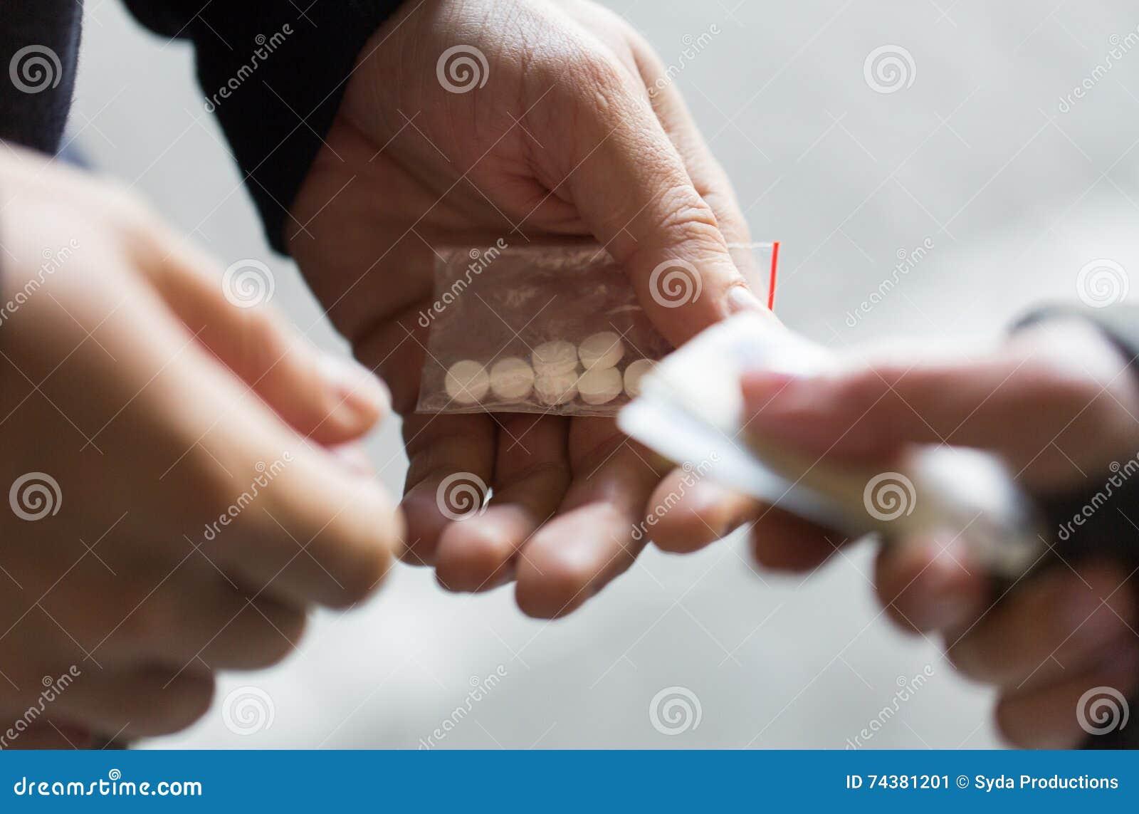 Schließen Sie oben von kaufender Dosis des Süchtigen vom Drogenhändler