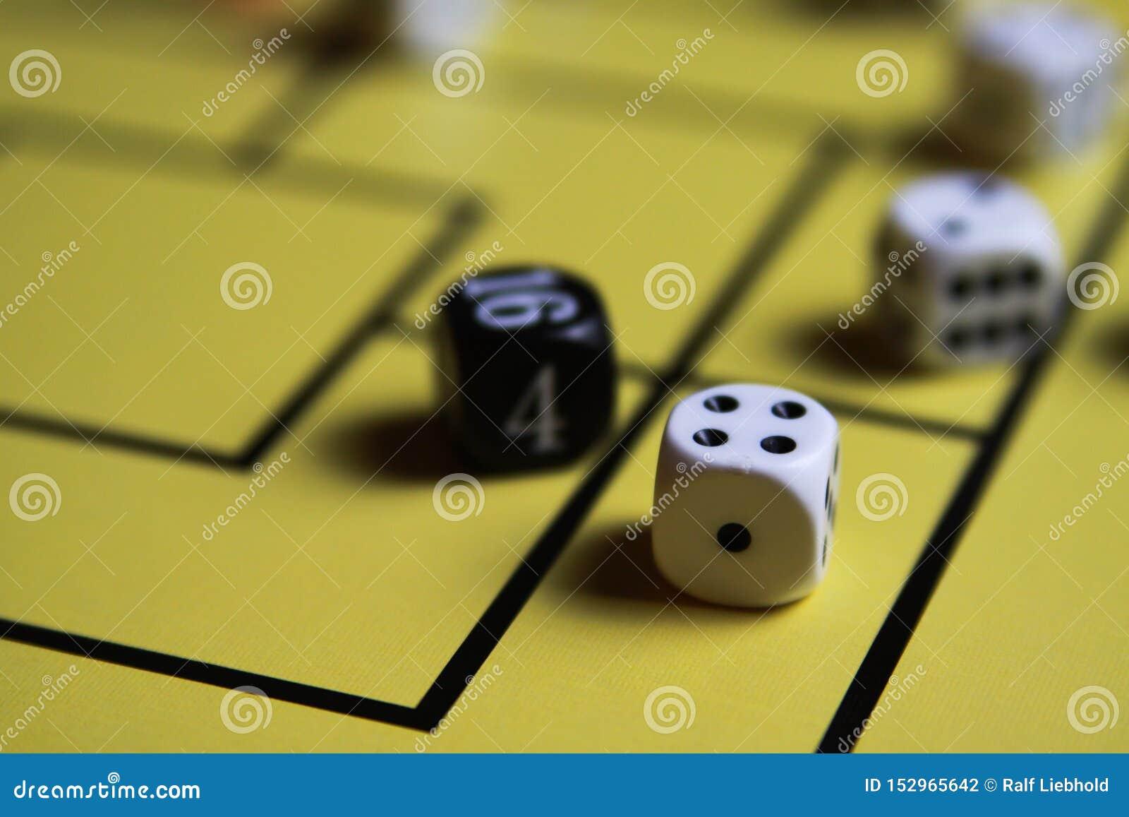 Schließen Sie oben von würfelt auf gelbem Spielbrett
