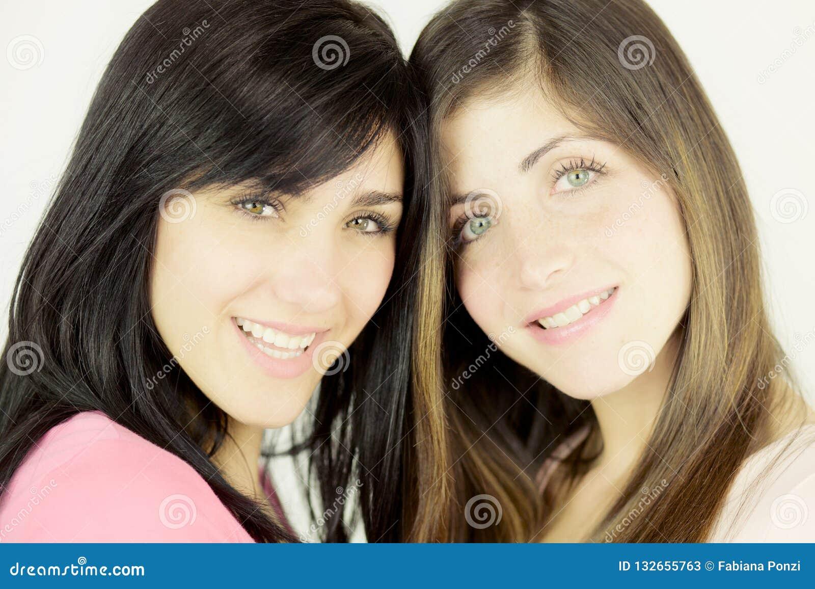 Schließen Sie oben von zwei Frauen, die das Kameralächeln betrachten