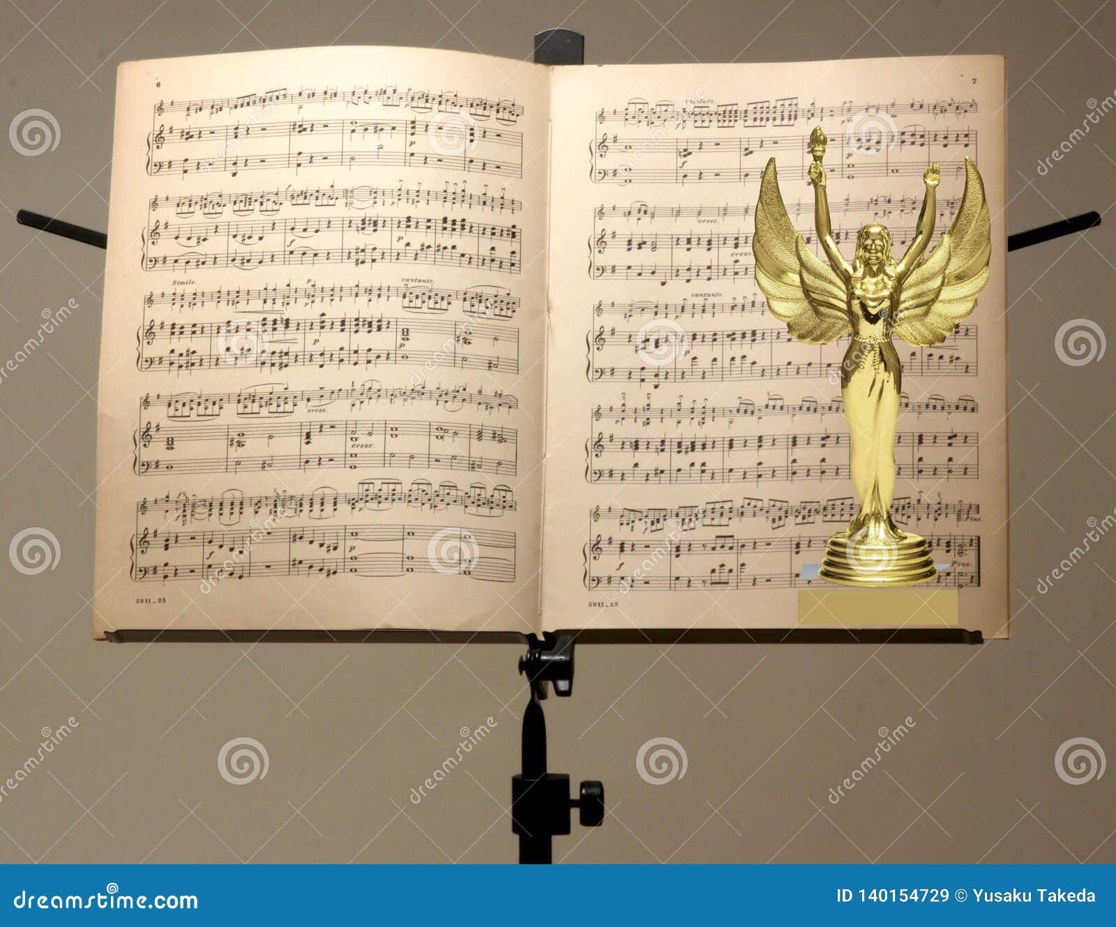 Schließen Sie oben von der Goldtrophäe und vom Musikanmerkungsstand