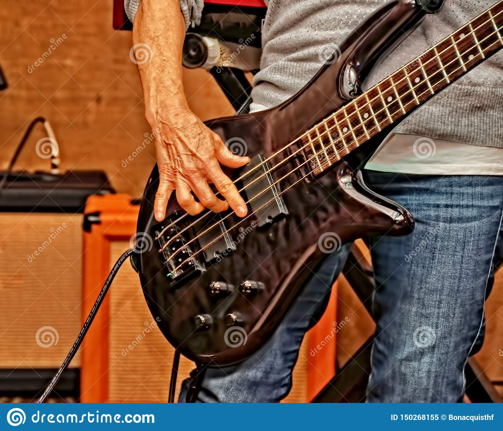 Schlie?en Sie oben von der Bass-Gitarre, die in einer Stadiumsleistung gespielt wird