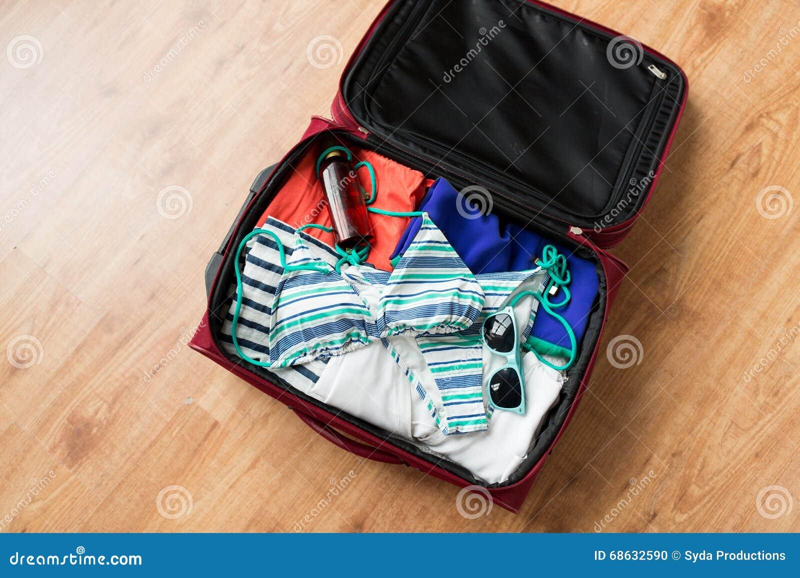 schlie en sie oben von der reisetasche mit strandkleidung stockfoto bild 68632590. Black Bedroom Furniture Sets. Home Design Ideas