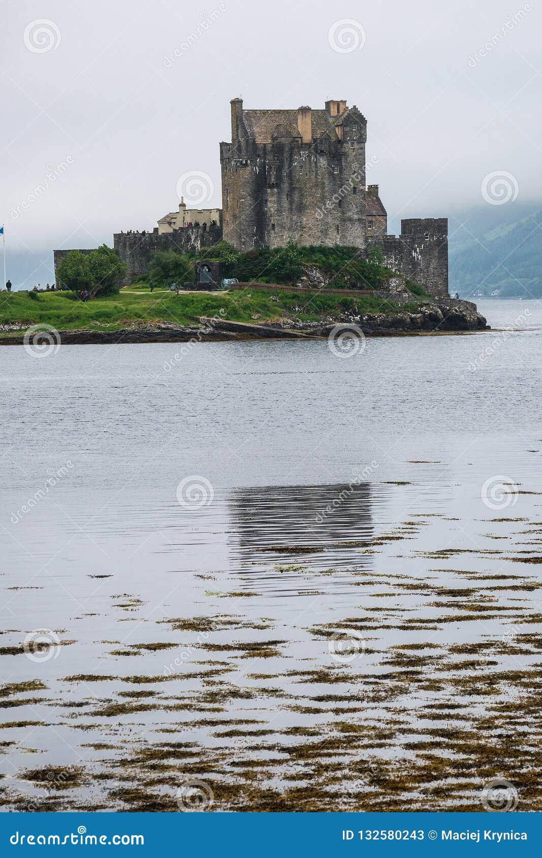 Schloss Eilean Donan unter schottischem Nebel, Schottland, Großbritannien