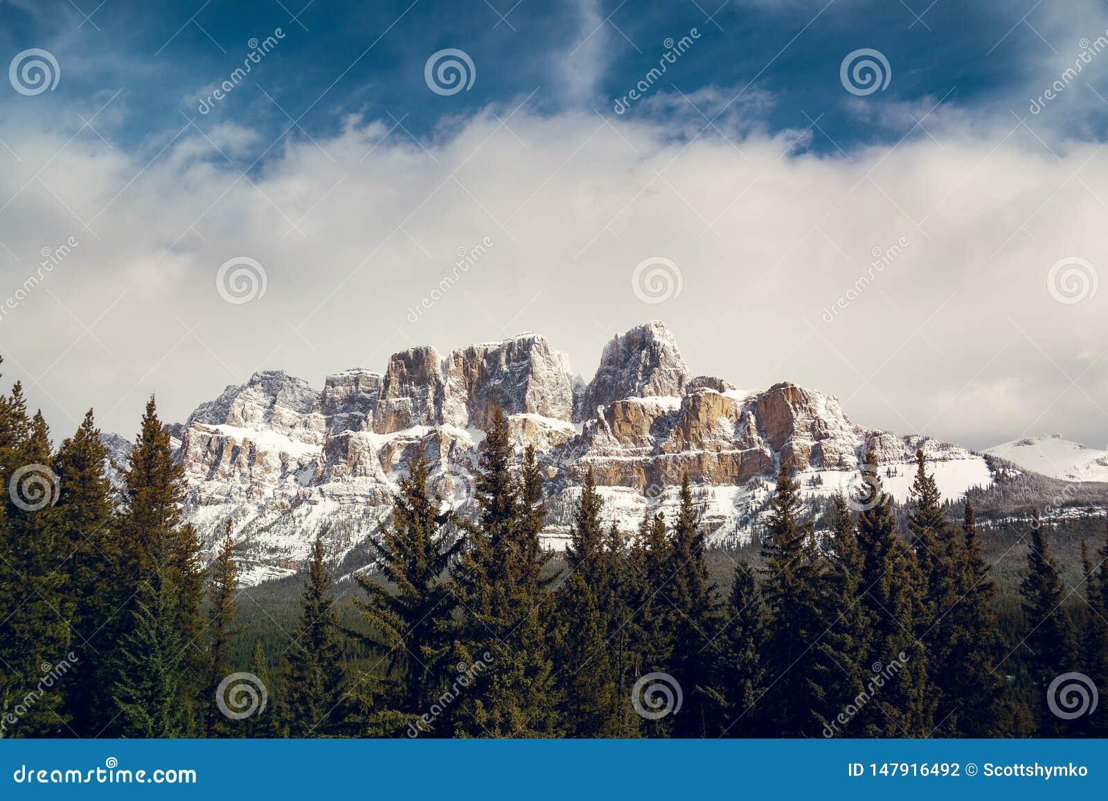 Schloss-Gebirgskreuzung in Mitte des Winters Banffs Alberta
