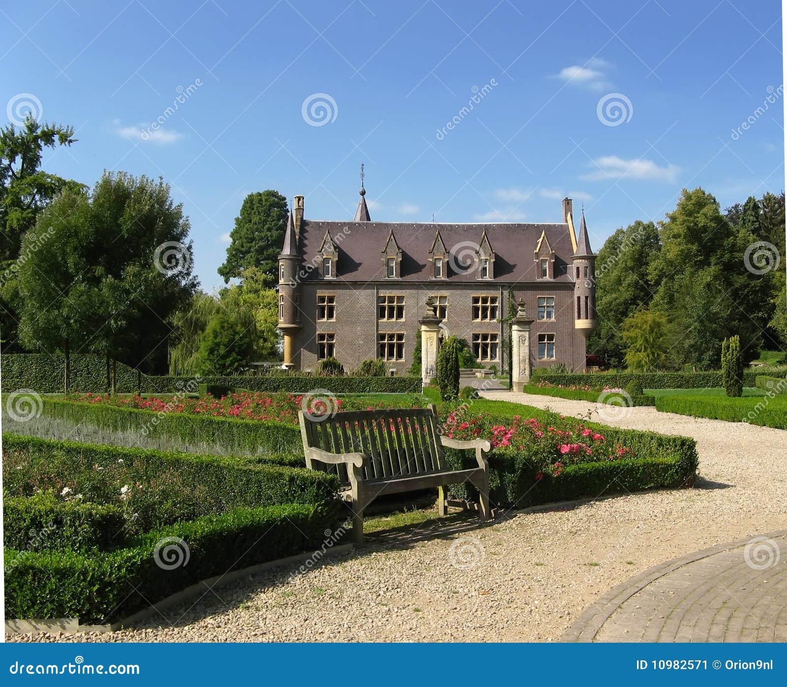 Download Schloss Terworm und Garten stockbild. Bild von rosen - 10982571