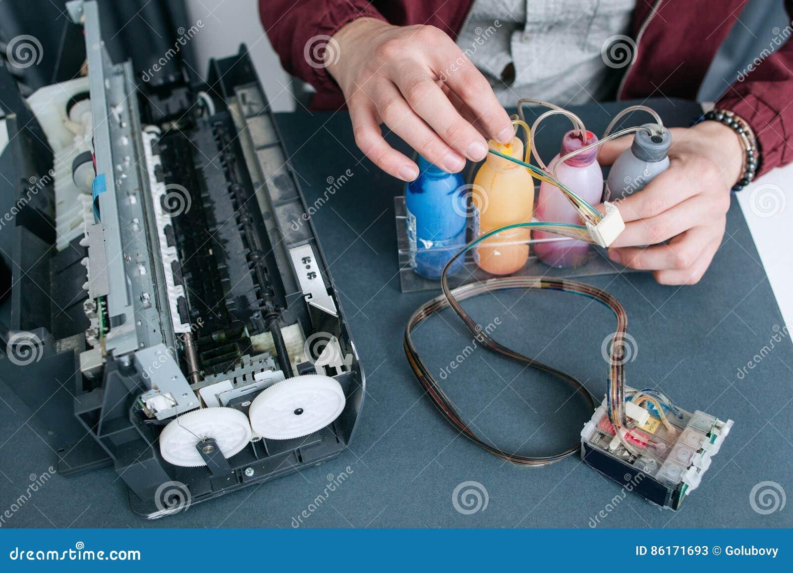 Schlosser, der CISS in der Draufsicht des Bürodruckers repariert