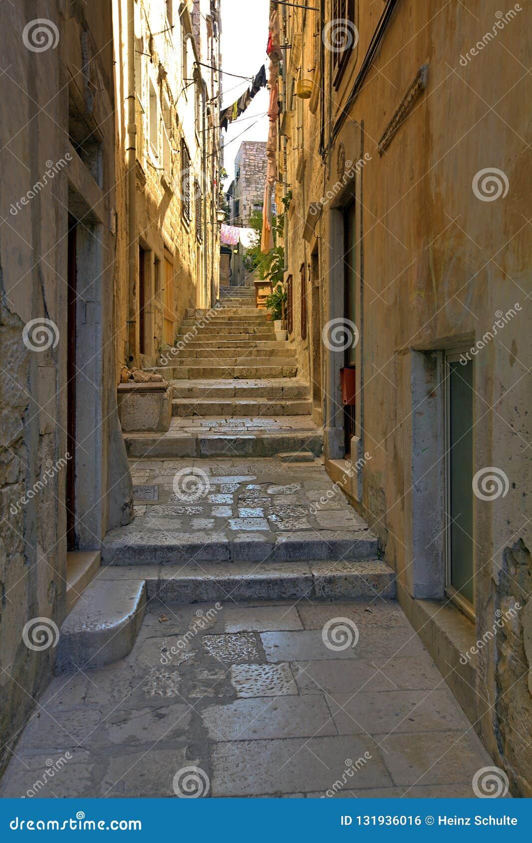 Schmale Straße in der alten Stadt von Korcula, Kroatien