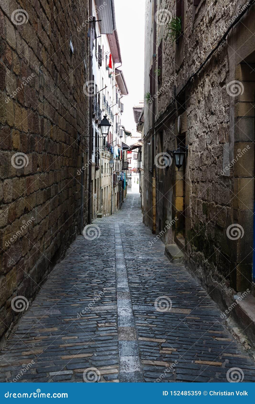 Schmale Straße mit Kopfstein