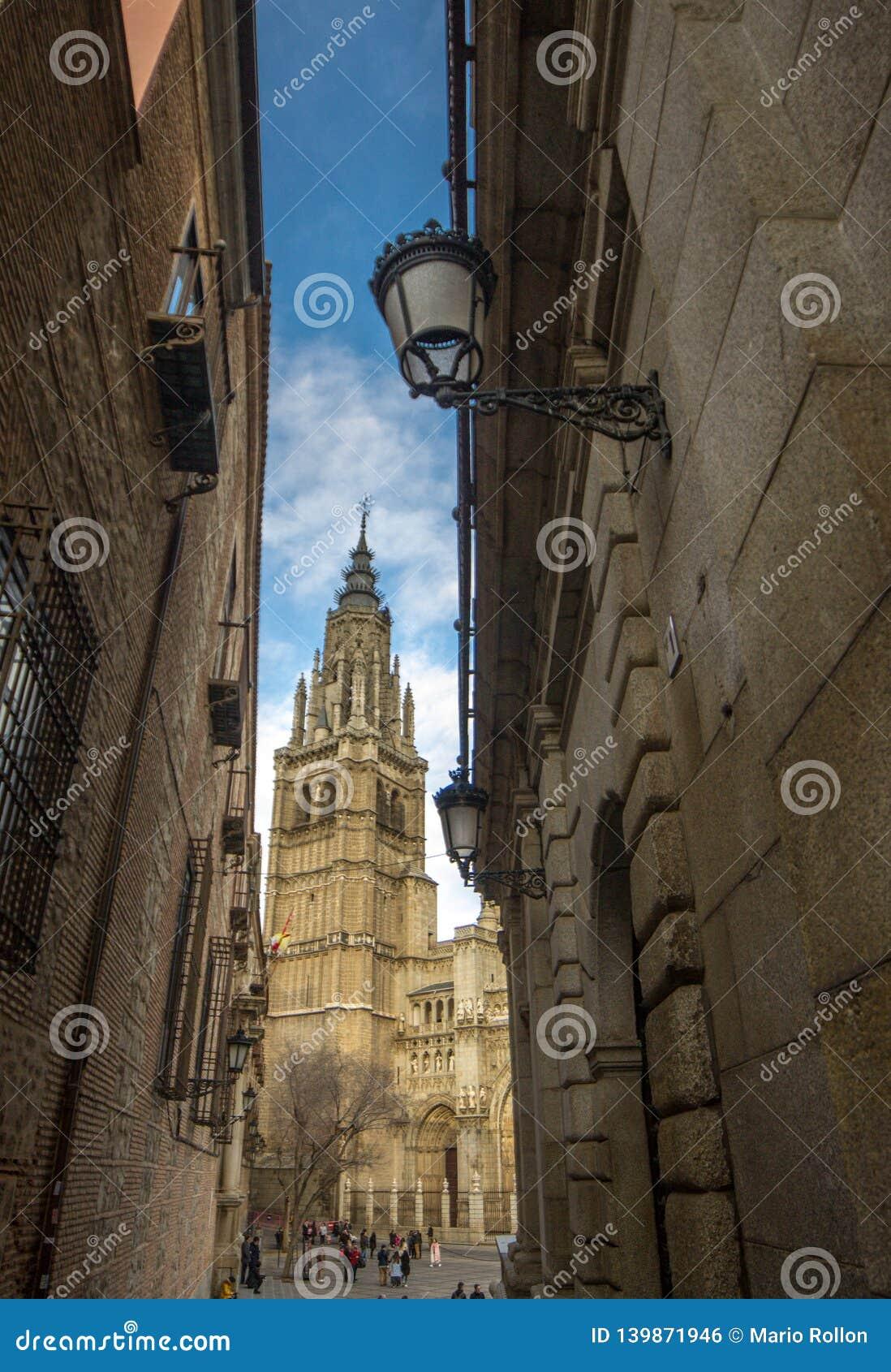 Schmale Straße von Toledo und Turm der Kathedrale von Toledo