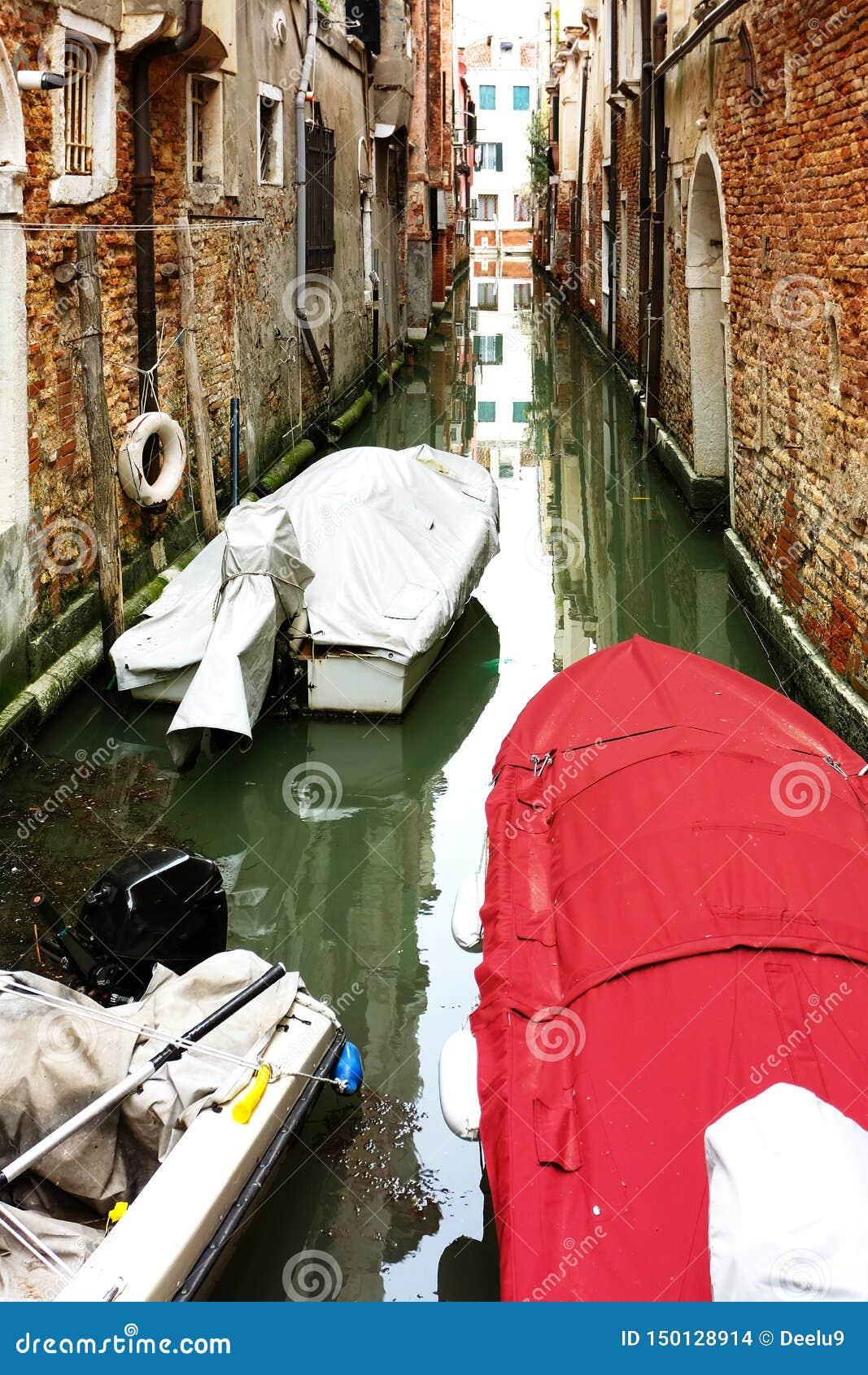 Schmaler Kanal in Venedig mit Booten